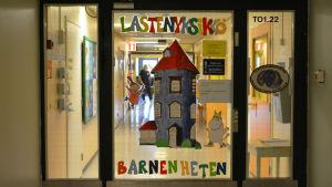 Dörren till barnenheten vid Borgå sjukhus