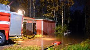 Brandbil vid översvämning.