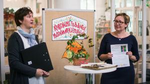 Tina Back och Ulrica Taylor berättar om Korsholms fröbibliotek.