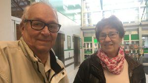 Bo West och Ulla Salmenheimo-West i en mataffär i Vasa.