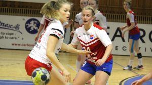 HIFK:s Hanna Salo och Dickens Alexandra Ahlroth.