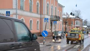 Bilar kör längs gata