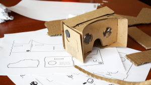 Pahvista rakennetut virtuaalitodellisuuslasit.
