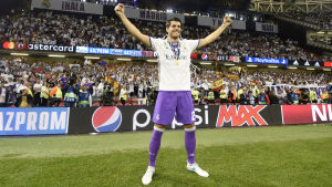 Alvaro Morata firar Champions League-segern på gräset.