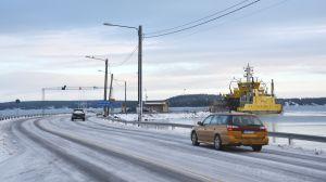 Bilar kör ombord vid färjfästet i Nagu