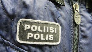 Polismärket på en polisuniform.