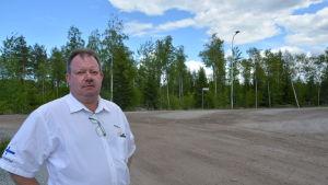 Timo Hirsimäki, vd för Lakeuden Ympäristöhuolto Oy, framför den tomt som hans företag reserverat vid Fågelberget i Korsholm.