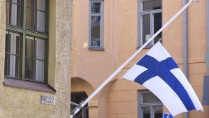 Flaggan på halv stång på Lotsgatan i Helsingfors där Mauno Koivisto bodde.