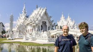 Team Backstad framför ett vitt tempel.
