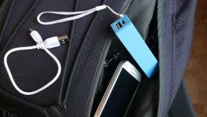 Repun päällä matkapuhelin ja varavirtalähde
