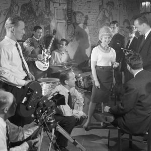 Brita Koivusta ja Jaakko Salon yhtyettä kuvataan filmiin Jazzia vanhassa talossa (1961).