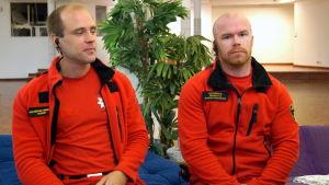 Akutvårdarna Robert Mård och Martin Byggmästar sitter vid ett bord.