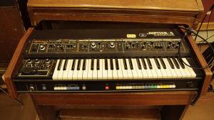 Roland Jupiter-4 M1-studiolla