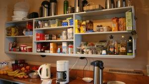 Märket majakan keittiön ruokavarastoa