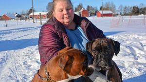 sonja med två hundar en snöig dag i lappträsk