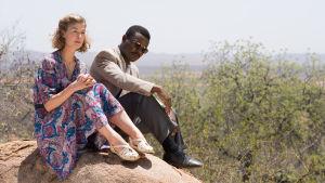 Ruth (Rosamund Pike) tillsammans med Seretse (David Oyelowo).
