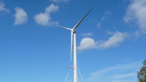 Plattformen har nått halvvägs längs med vindmöllan i Sundom.