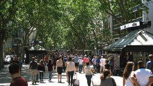Turister på La Rambla i Barcelona.