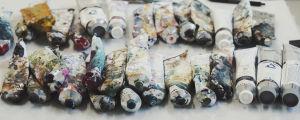 Rivissä maalituubeja, tahraisia käytöstä, vihreää, violettia, keltaista väriä.
