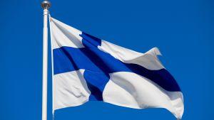 Finlands flagga mot blå himmel.
