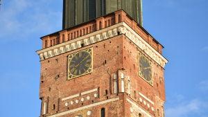 Åbo domkyrka mot blå himmel.