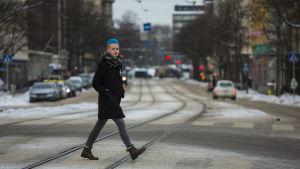Kuisma Ilves kävelee tien yli Helsingin Sörnäisissä.