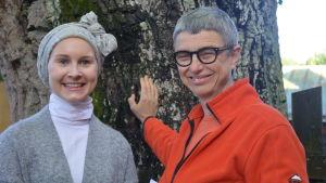Jelena Ahlblad och Bitte Westerlund vid eken på Yle Västnylands gård.