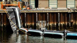 Barriär som ska samla upp plast.