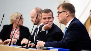 Statsminister Juha Sipilä (C), finansminister Petteri Orpo (Saml) och Euroapaminister Sampo Terho (NA) vid riksdagens plenum den 19 juni 2017.