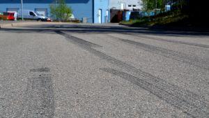 Hjulspår i asfalt.