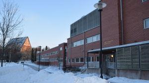 Bild av Anttilan koulu och kyrkan i Lojo i bakgrunden.