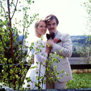 Hääpari Sisko (Armi Sillanpää) ja Marko (Juhani Laitala) onnellisena parina elokuvassa Hääyö myytävänä.