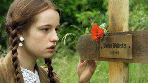 """""""Elfriede Kuhr"""" (näyttelijä Elisa Monse) sotilaan haudalla draamadokumentissa Suursodan päiväkirjat"""