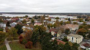 Vy tagen över Ekenäs centrum. På bilden syns taken på hus i centrala Ekenäs och en del träd i höstiga färger.