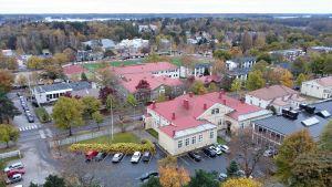 Vy över Ekenäs där Ekenäs församlingshem, den gamla sjukvårdsskolan, Ekenäsgården och Centrumplan syns.