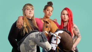 Hobbyhorse Revolution -dokumenttielokuvan päähenkilöt Elsa, Aisku ja Alisa
