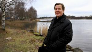 Säveltäjä Magnus Lindberg Töölönrannassa.