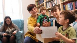 Åttabarnsmamman Dorota Bojemska bläddrar igenom fotografier.