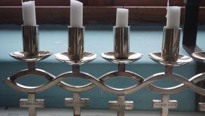 Silverljusstaken som skaffades med pengar från en kaffelast. De tio omkomnas namn finns ingraverade. Ljusstaken tänds varje julafton på Utö.