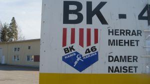 En skylt med BK-46 logotyp.