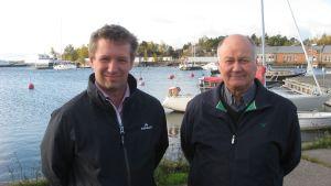 Björn Peltonen och Jouko Kavander med Drottningberg och Östra hamnen i Hangö i bakgrunden.