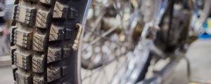 Ett bakhjul på en speedwaymotorcykel. Luftventilen är ovanligt nog monterad i däcket, inte i fälgen.