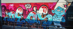 Graffiteos, teksti Deos, smurffi, puhekupla: Oliko lupaa