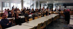 Föräldrar från S:t Karins svenska skola och Hovirinnan koulu lyssnar på planerna för skolfastigheten.