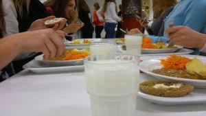 Överlopps mat från Luostarivuoris skola i Åbo ges vidare