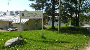 Lönnebergas skylt i Ingå. Bakom skymtar den äldre delen av servicehemmet till vänster.