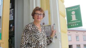 Ledande turistsekreterare Viveca Blomberg i dörren till turistbyrån i Ekenäs