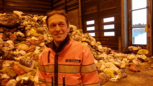 Vd Olli Ahllund vid Ekorosks mottagningshall för svarta och vita påsar i Jakobstad