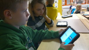 Alla elever i S:t Karins svenska skola har en personlig lärplatta