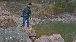 Magnus Östman letar efter grodor